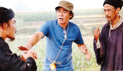 Đạo diễn Đào Bá Sơn đang chỉ đạo diễn xuất cho các diễn viên trong phim Long Thành cầm giả ca.